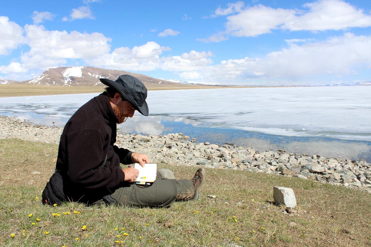 Raccolta di campioni botanici sulle sponde del lago Song Kul.